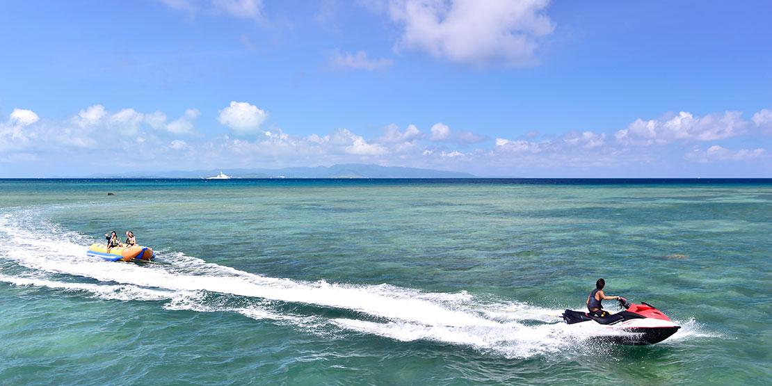 フサキビーチでドラゴンボートを楽しむ家族