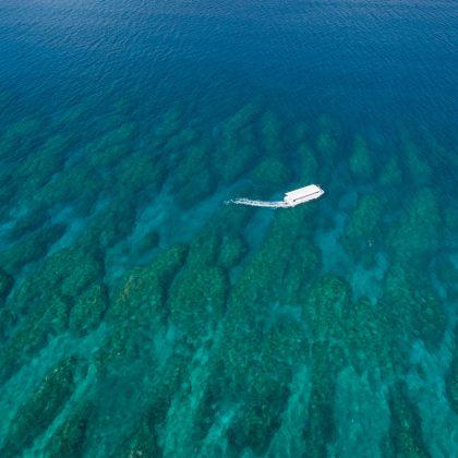 フサキビーチ沖を遊覧するグラスボート