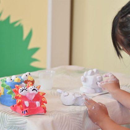 フサキビーチリゾートキッズプログラムのシーサーを作る女の子