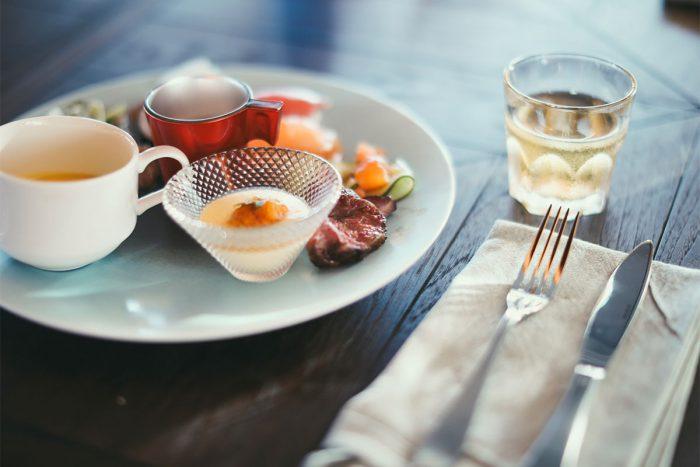 ishigaki-bold-kitchenのブッフェメニューをお皿に盛りつけ