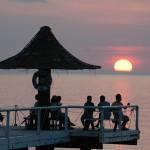 フサキ桟橋からの夕日は多くの人を魅了します