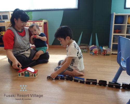 フサキの託児所で保育士と電車で遊ぶ兄弟
