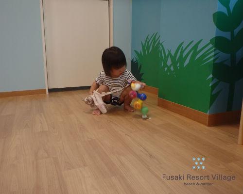 フサキの託児所でおもちゃで遊ぶ女の子