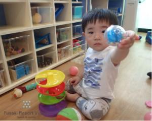 フサキの託児所でボール遊びをする男の子