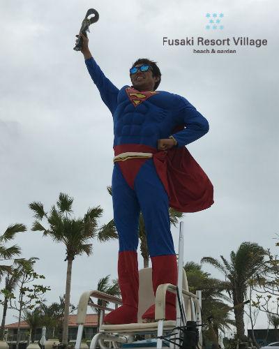 フサキのハロウィンイベントでスーパーマンに仮装したスタッフ