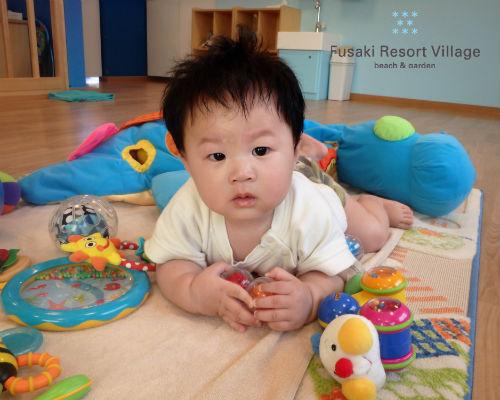 フサキの託児所でたくさんのおもちゃで遊ぶ男の子