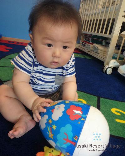 フサキの託児所でボールを転がす男の子