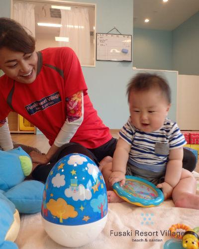 フサキの託児所で保育士と遊ぶ男の子