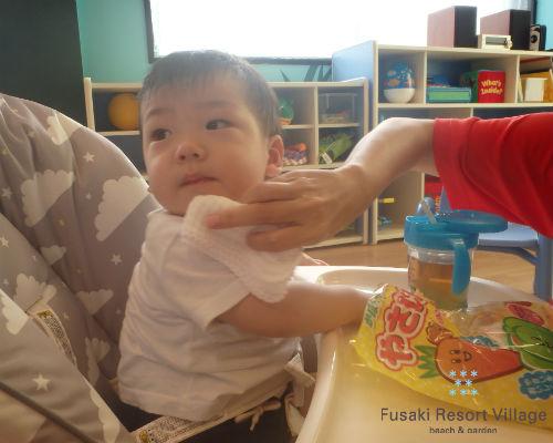 フサキの託児所でおやつを食べる男の子