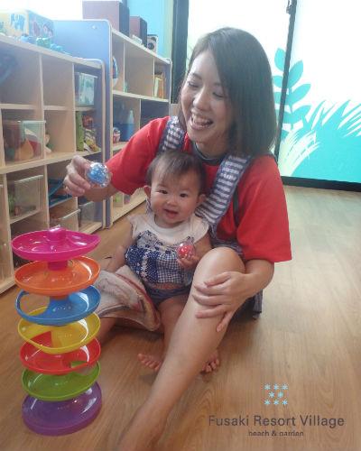 フサキの託児所でスパイラルタワーで遊ぶ女の子