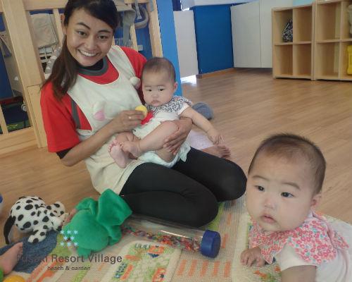 フサキの託児所で保育士tと遊ぶ双子の姉妹