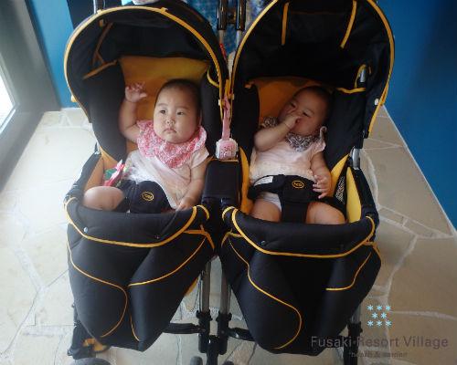 フサキの託児所でベビーカーに乗る双子の姉妹