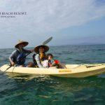 フサキビーチでクリアカヤックを楽しむ親子
