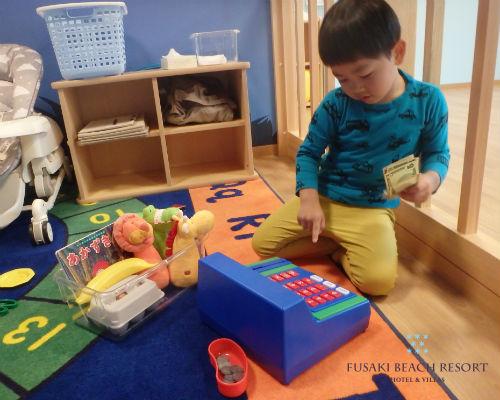 フサキの託児所でごっこ遊びをする男の子