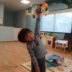 フサキの託児所で飛行機を作る男の子