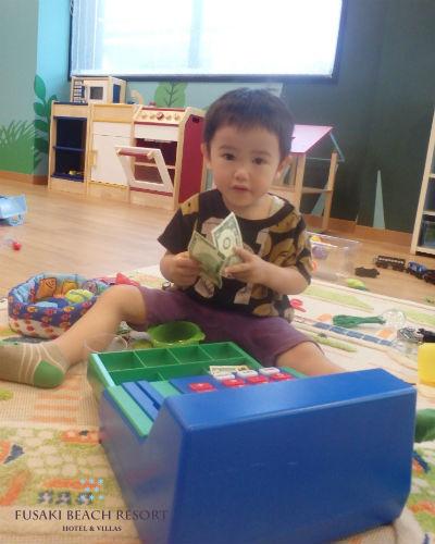 フサキの託児所でレジで遊ぶ男の子