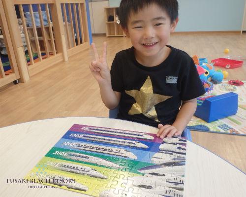 フサキの託児所でパズルで遊ぶ男の子