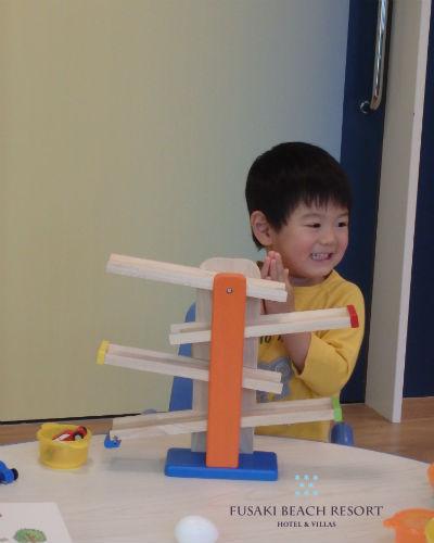 フサキの託児所でスタッフと遊ぶ男の子