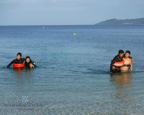 フサキビーチでの救助訓練の様子