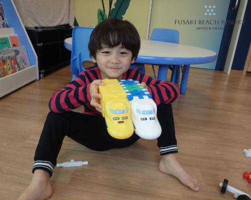 フサキの託児所で車のおもちゃで遊ぶ男の子
