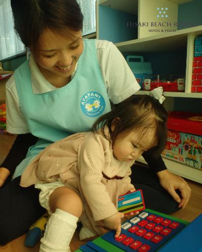 フサキの託児所で保育士と遊ぶ女の子