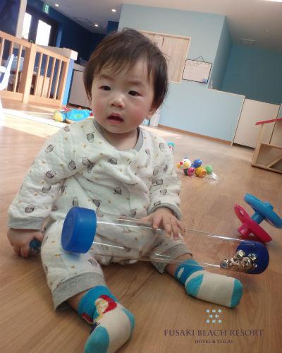 フサキの託児所でおもちゃで遊ぶ男の子
