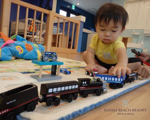 フサキの託児所で電車のおもちゃで遊ぶ男の子