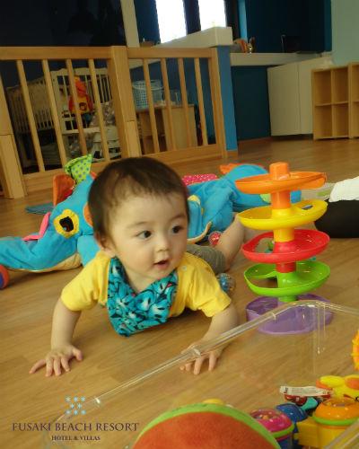 フサキの託児所でスパイラルタワーで遊ぶ男の子