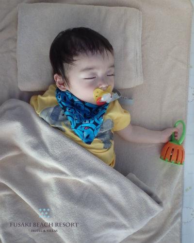 フサキの託児所でお昼寝をする男の子