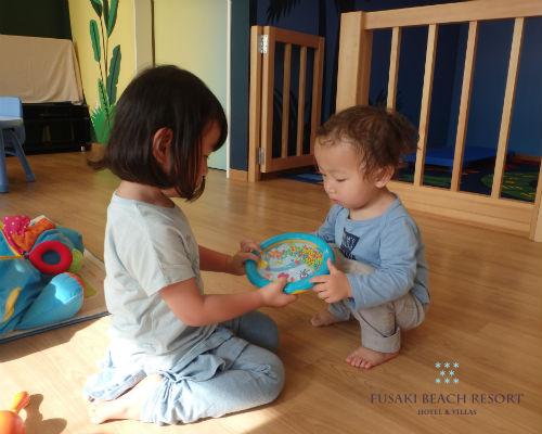 フサキの託児所で遊ぶ姉弟