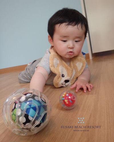 フサキの託児所でボールで遊ぶ男の子