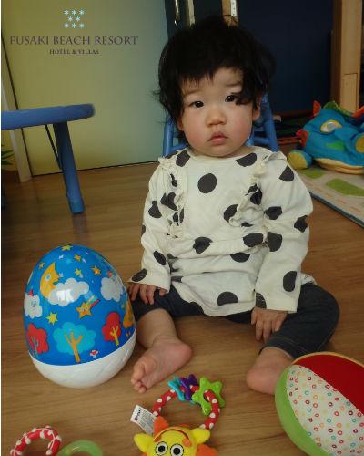 フサキの託児所で玩具で遊ぶ女の子