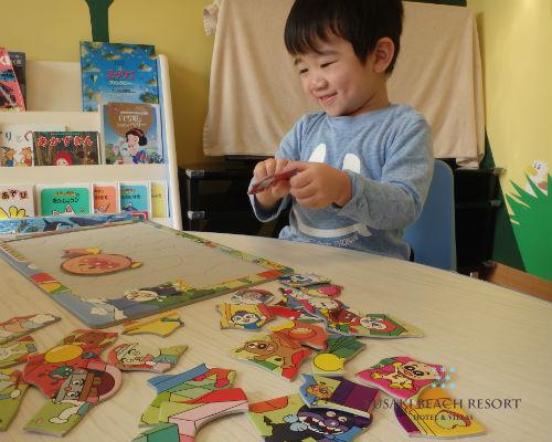 フサキの託児所でパズルをする男の子
