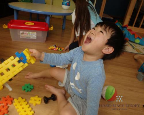 フサキの託児所でブロックで遊ぶ男の子