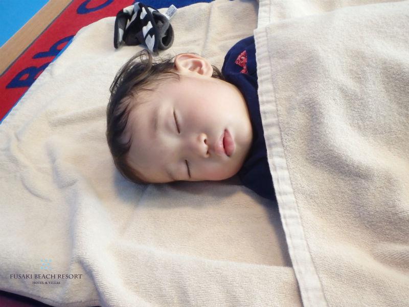 フサキの託児所で昼寝をする男の子