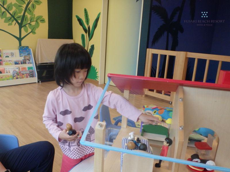 フサキの託児所でドールハウスで遊ぶ女の子