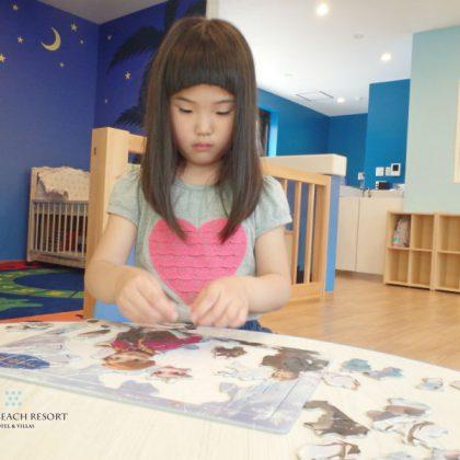 フサキの託児所でパズルをする女の子