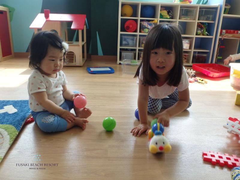 フサキの託児所でボールで遊ぶ姉妹