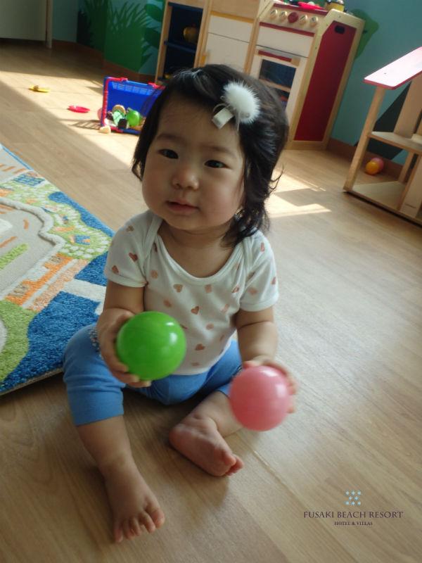 フサキの託児所でボールで遊ぶ女の子