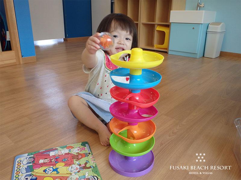 アヤパニのおもちゃで遊ぶ1歳のお客様の様子