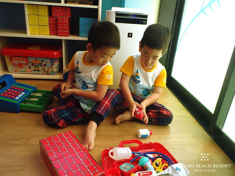 アヤパニのおもちゃで遊ぶ双子のお客様の様子