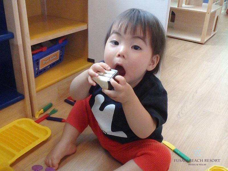 おままごとでいただきますをする1歳8か月のお子様