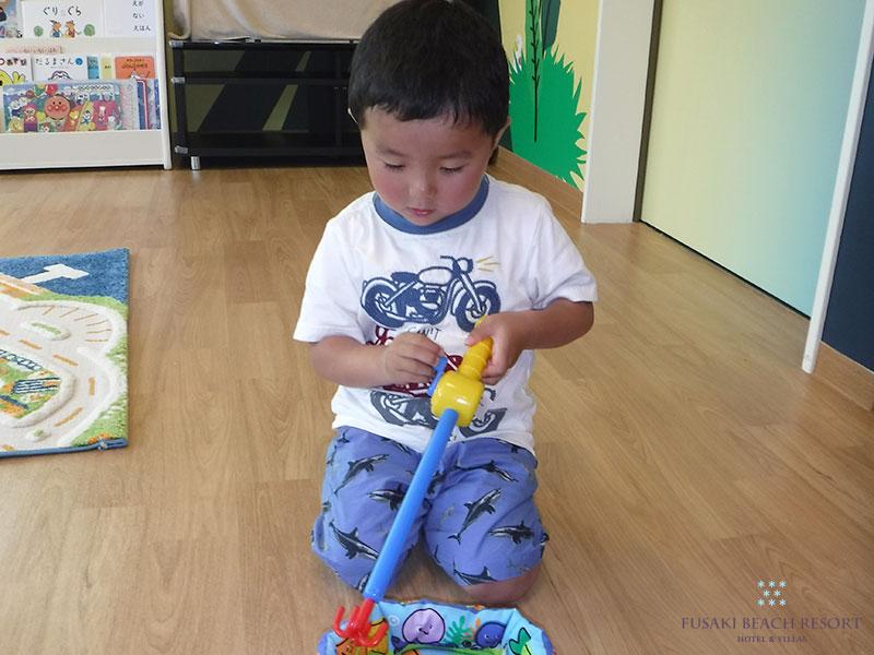 アヤパニであそぶ3歳の男の子