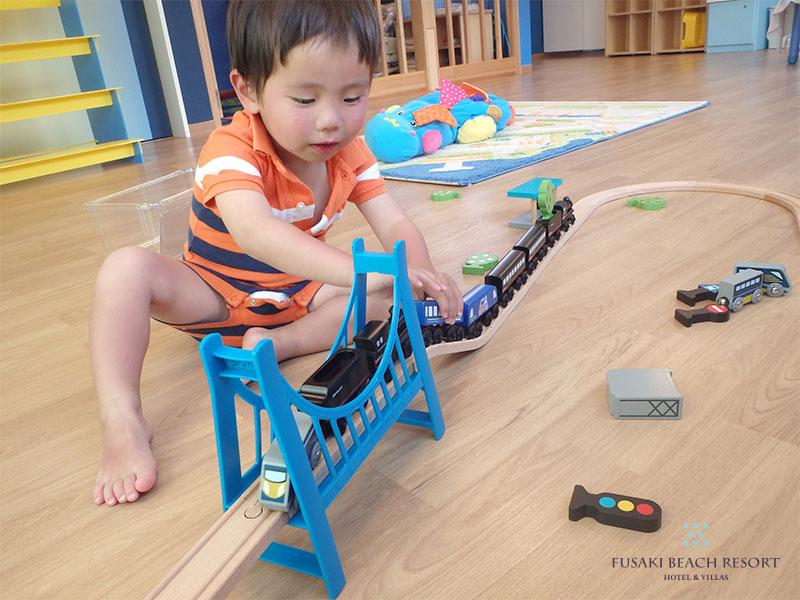 アヤパニ内で電車のおもちゃであそぶ2歳3ヶ月のお子様