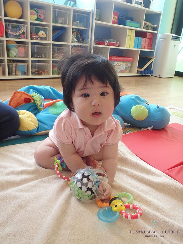 アヤオアニ内でボールのおもちゃで遊ぶ6か月のお子様