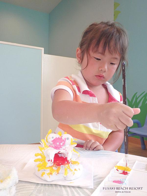 アヤパニ子供教室でシーサーの色付けをするおこさま